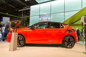Rotes E-Auto von Opel: Corsa-e beim Aufladen mit Universalkabel an einer Wall Box Ladestation