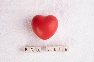 """Rotes Herz auf weißem Handtuch, mit dem Text """"Eco Life"""" / Öko-Leben"""