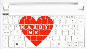 Rotes Herz mit Text MARRY ME (Heirate mich) als Heiratsantrag oder für Valentinstag auf Tastatur
