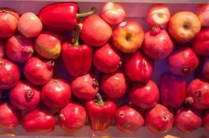 Rotes Obst und Gemüse: Äpfel, Granatäpfel, rote Paprika