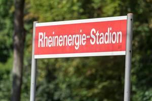 Rotes Schild vom Rheinenergie-Stadion in Köln