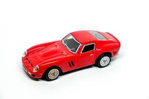 Rotes Spielzeugauto lokalisiert auf weißem Hintergrund