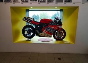 Rotes Sport-Motorrad im Technischen Museum Brünn, Tschechien