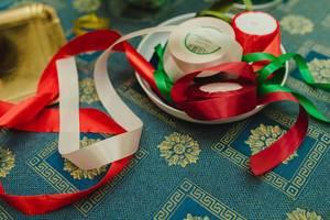 Rotes und grünes Schleifenband für handgemachte Dekoration