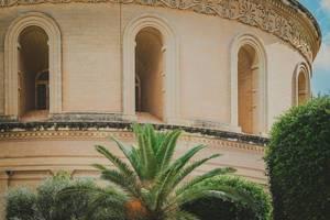 Rotunda von Mosta Dom in Malta mit Palme
