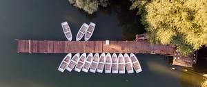 Ruderboote am Bootssteg aus der Vogelperspektive. Weißer See