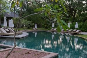 Ruhige Poolanlage mit Sonnenliegen und Sonnenschirmen des Constance Ephelia Resorts, Seychellen
