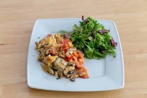 Rühreier mit Tomate, Champignons und Tofu und Salat