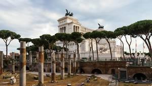 Ruins in front of Italian parliament / Ruinen vor dem italienischen Parlament