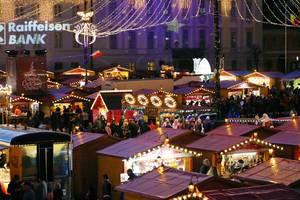 Rumänischer Weihnachtsmarkt von oben fotografiert in Sibiu