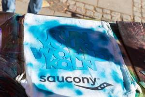 Run Your World Köln Schablone auf Saucony T-Shirt