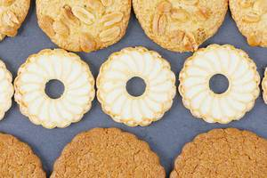 Runde Biscuit Kekse in verschiedenen Formen von oben fotografiert