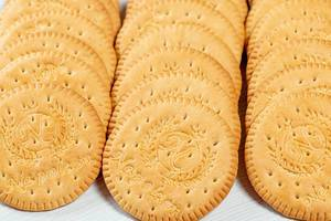 Runde Kekse auf einem Holztisch in Nahaufnahme