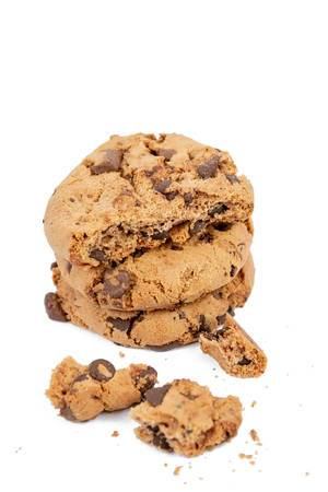 Runde Plätzchen mit Schokoladenstücken und Krümmel, auf einer weißen Oberfläche