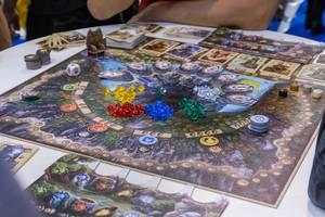 Rune Stones ausgepackt auf einem Tisch gespielt von Fans