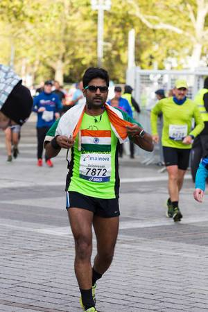 Runner with a flag on his back - Frankfurt Marathon 2017