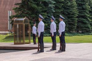 Russian soldiers paying respect to the Eternal Flame
