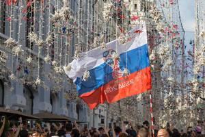 Russische Flagge in der schön dekorierten Nikolskaja-Straße