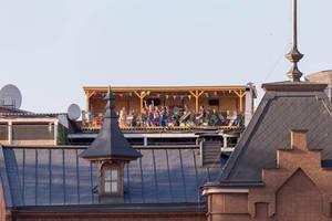 Russische Jugendliche feiern in einem Dachlokal
