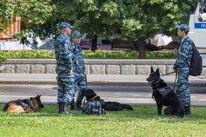 Russische Polizisten mit Polizeihunden