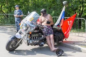 Russischer Biker in Unterhose und Helm