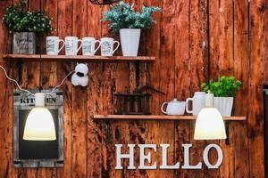 Rustikale Landhaus-Wanddekoration in einem kleinen  Restaurant im Stalldesign