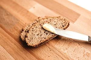 Rustikale Weizenbrotscheiben zum Frühstück