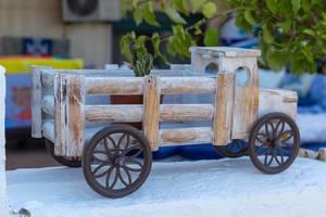 Rustikaler Lieferwagen aus Holz