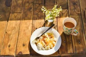 Rustikales Frühstück: Quark mit Honig und Kaffee