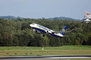 Ryanair Flugzeug startet vom Flughafen Köln/Bonn (CGN)