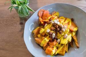 Safran Bulgur, Süßkartoffel, Pastinaken, gebackene Kichererbsen, Kaki, Sesam-Möhren, geröstete Erdnüsse, Kürbis-Hummus, Kurkuma Tahini-Dressing