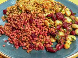 Salad with quinoa, beetroot, lentils and beans