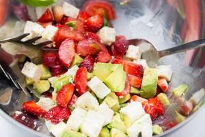 Salat mit Avocado und Erdbeeren