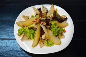 Salat mit Birnen und Walnüssen