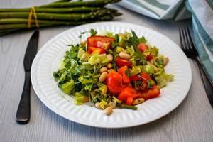 Salat mit Bohnen, Eisbergsalat, Tomate und Spargel