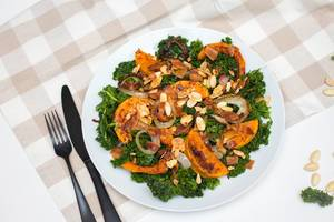 Salat mit Butternuss-Kürbis, gebratenem Speck, Zwiebelringen und gerösteten Mandelsplittern