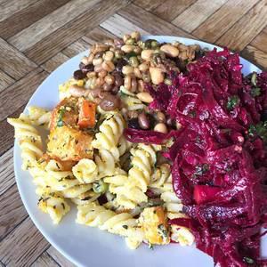 Salat mit Dinkel, Kürbis, Rote Beete und Nudeln