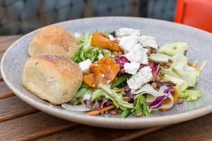 Salat mit Eisbergsalat, Rotkohl, Karotte, Zucchini, Kichererbse und Käse