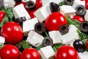 Salat mit frischen Tomaten, Oliven, Feta Käse und Basilikum close up