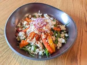 Salat mit gebackener Kürbis und Karotten mit Quinoa, Kichererbsen, Rucola und Fetakäse