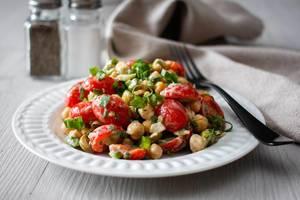Salat mit Kichererbsen und Cherrytomaten
