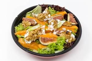 Salat mit Kürbis, Feigen, Walnüssen, Sellerie und Frischkäse in einer Schüssel  - Nahaufnahme