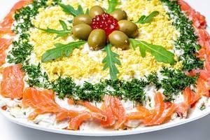 Salat mit Lachs und verschiedenem Gemüse Nahaufnahme