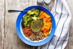 Salat mit Linsen, Brokkoli, Paprika, Reis