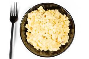 Salat mit Mais, Ananas, Eiern und geräuchertem Hähnchen. Aufnahme von oben