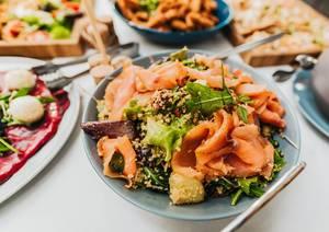 Salat mit Räucherlachs in einer Schüssel