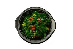 Salat mit Rucola, getrockneten Tomaten und Zucchini