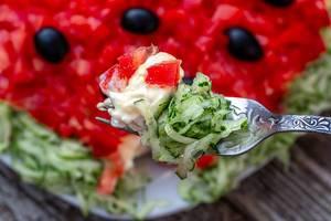 Salat mit Tomaten, Gurken, Oliven und Käse in Nahaufnahme