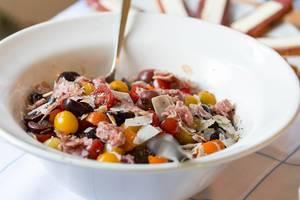 Salat mit Tomaten, Kirschen, Käse und Fenchel-Salami