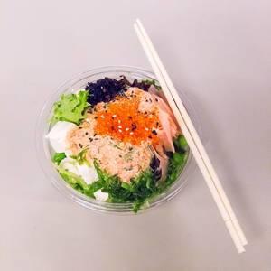 Salat von Aloha Poke und Essstäbchen